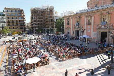Plaza de la Virgen llena de gente este miércoles.