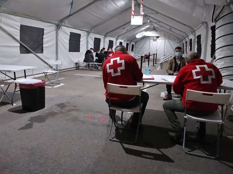 Fotografía facilitada por Cruz Roja de la carpa de atención en el puerto de Alicante. EFE