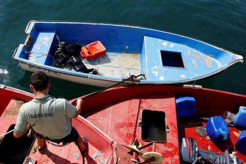 Imagen de archivo de una patera hallada en aguas de la costa de Alicante. EFE/Archivo