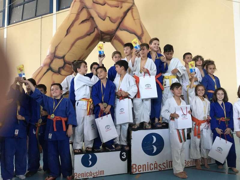 Los pequeños del club JudoCanet en el pódium. EPDA
