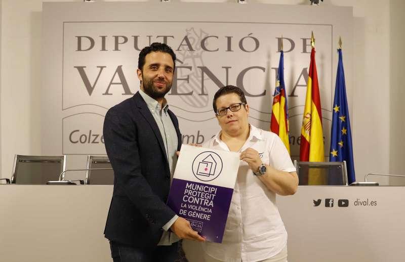El alcalde de Sagunt recogiendo la placa de manos de la diputada de Igualdad. EPDA