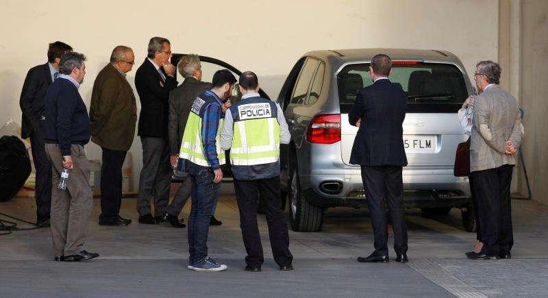 El juez, el fiscal y los abogados del caso del asesinato de la viuda del expresidente de la CAM Vicente Sala, junto a efectivos del Cuerpo Nacional de Policía, durante una inspección ocular en el concesionario de coches de Alicante donde tuvo lugar el crimen. EFE/Archivo