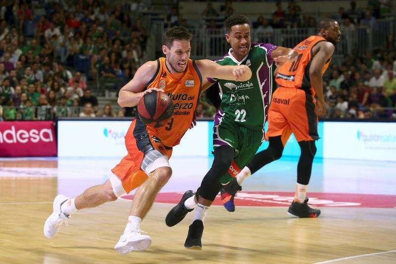 El base del Valencia Basket Sam Van Rossom (i) con el balón ante la defensa del base estadounidense del Unicaja Brian Roberts durante un partido anterior entre ambos equipos. EFE/Archivo