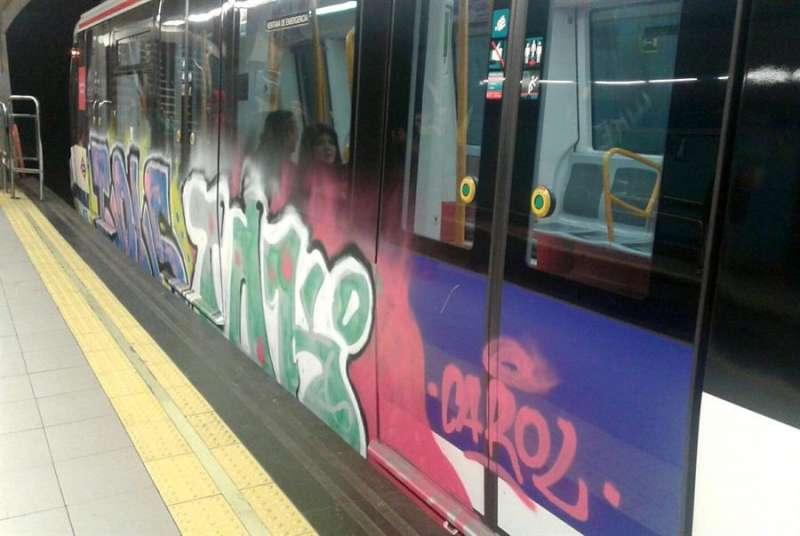 Imagen de archivo de un vagón de metro pintado con grafiti. EFE/Conchi Martín