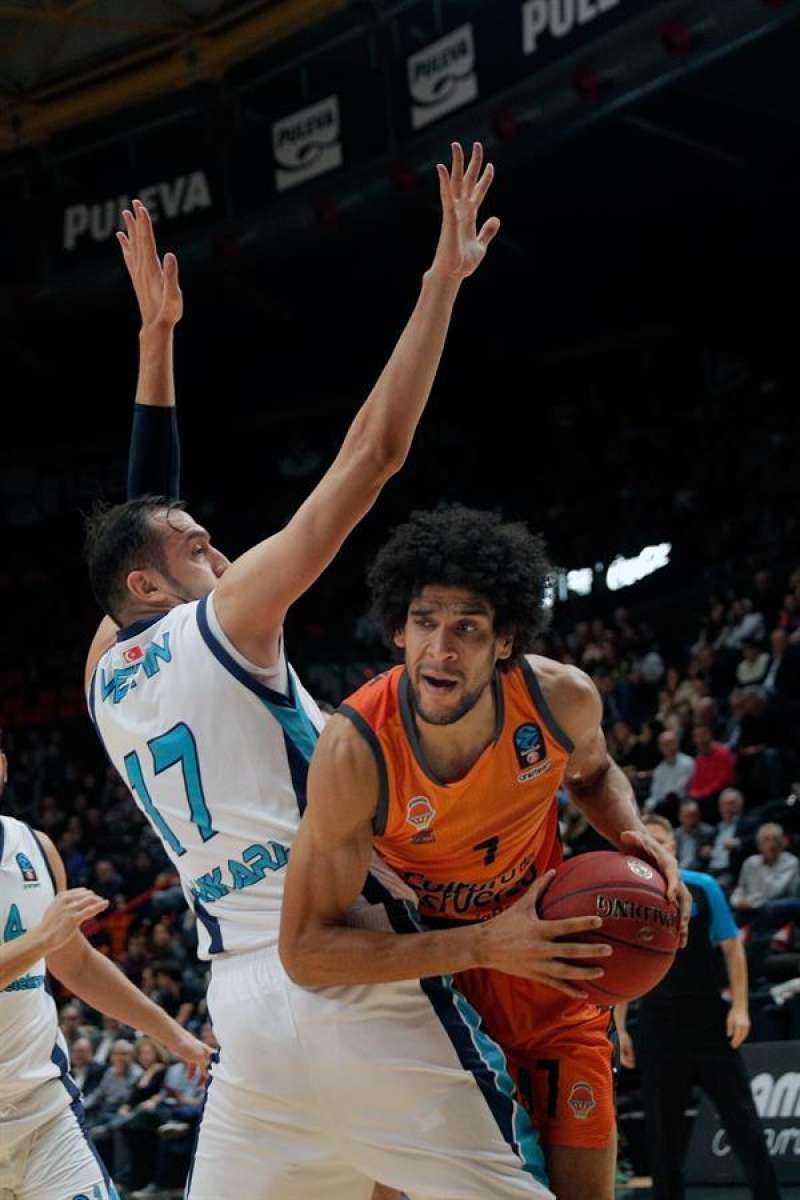Louis Labeyrie (d) en acción en un partido del Valencia Basket. EFE/Archivo