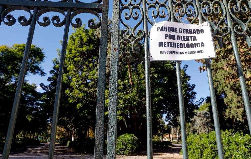 Imagen de archivo de un parque de València cerrado por la alerta de viento. EFE/Archivo