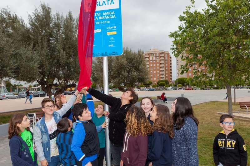 Los niños y niñas destapando una placa conmemorativa en Mislata. EPDA