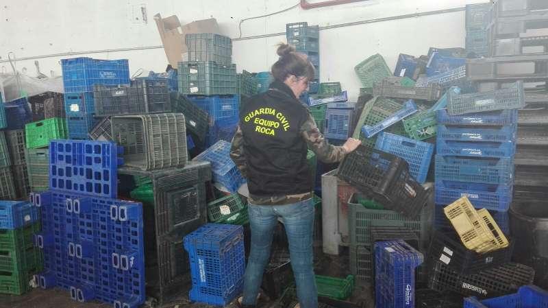 Los cajones de plástico incautados por la Guardia Civil. //EPDA
