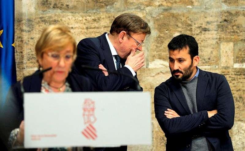 Ximo Puig conversa con el conseller de Educación, Vicent Marzá, mientras la consellera de Sanidad, Ana Barceló, atiende medios .EFE
