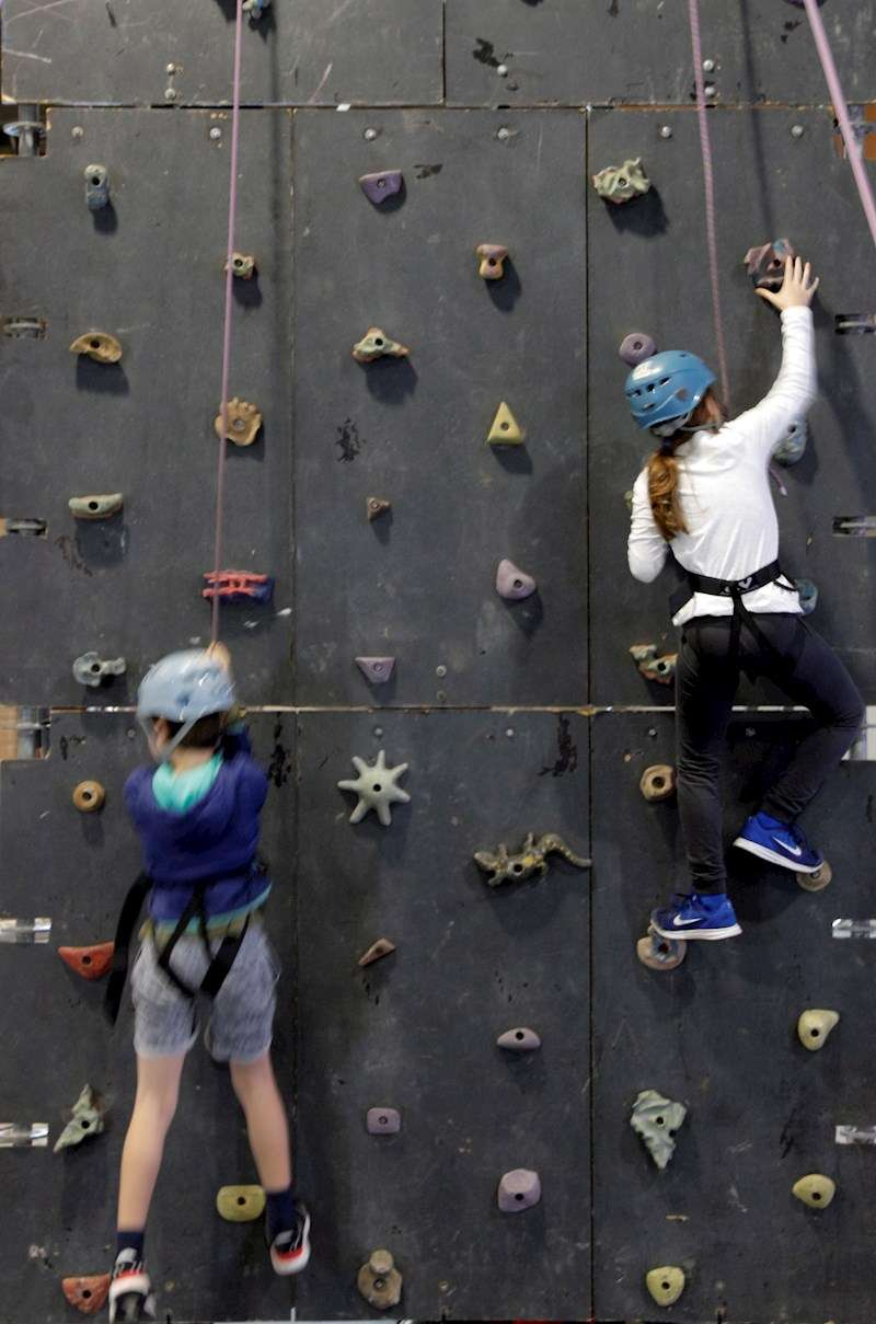 Dos niños escalan en Expojove. EFE/Kai Försterling