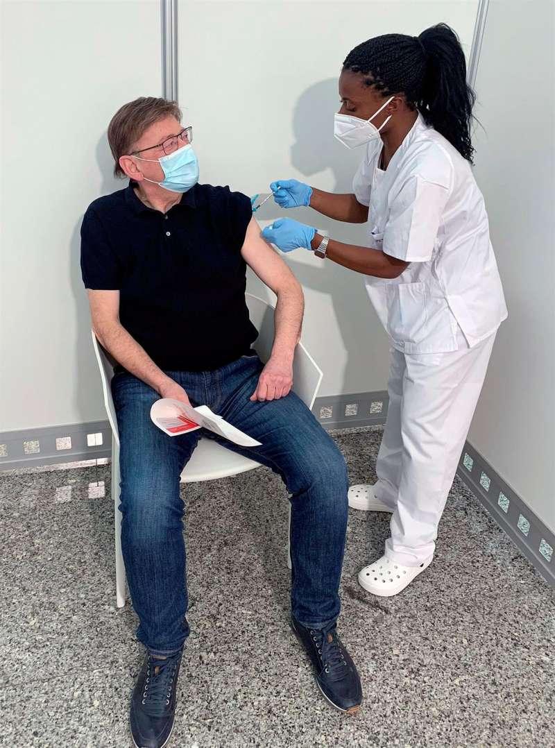 Ximo Puig recibiendo la vacuna contra el coronavirus.