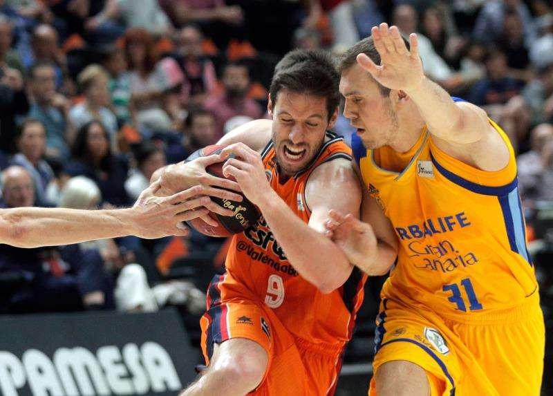El escolta belga del Valencia Basket Fernando Sam Van Rossom (i) intenta superar al serbio Nikola Radicevic. EFE/Archivo