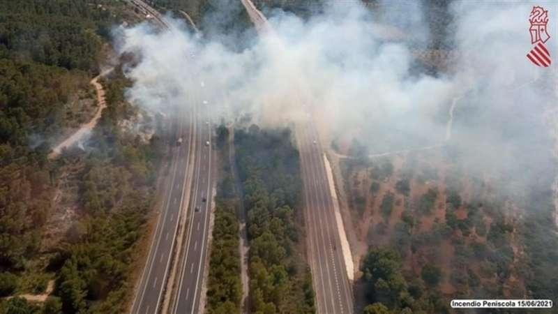 Foto cedida por Emergencias de la Generalitat del incendio forestal de Santa Magdalena de Pulpis, que ha obligado a cortar la autopista AP-7.