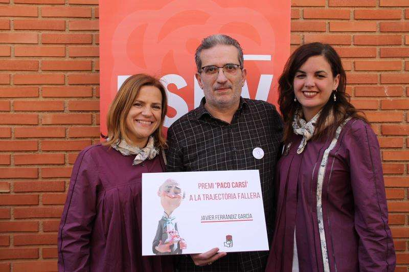 La candidata a la alcaldía de València, Sandra Gómez (dcha), junto a la asesora municipal, Pilar Bernabé, y Javier Ferrándiz, premio