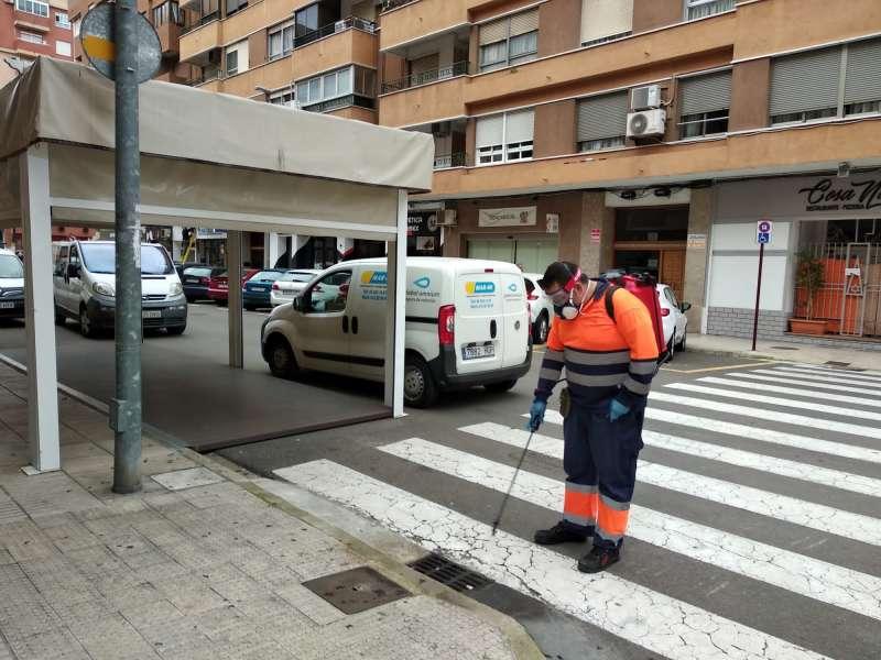 Un operario municipal desinfecta el alcantarillado