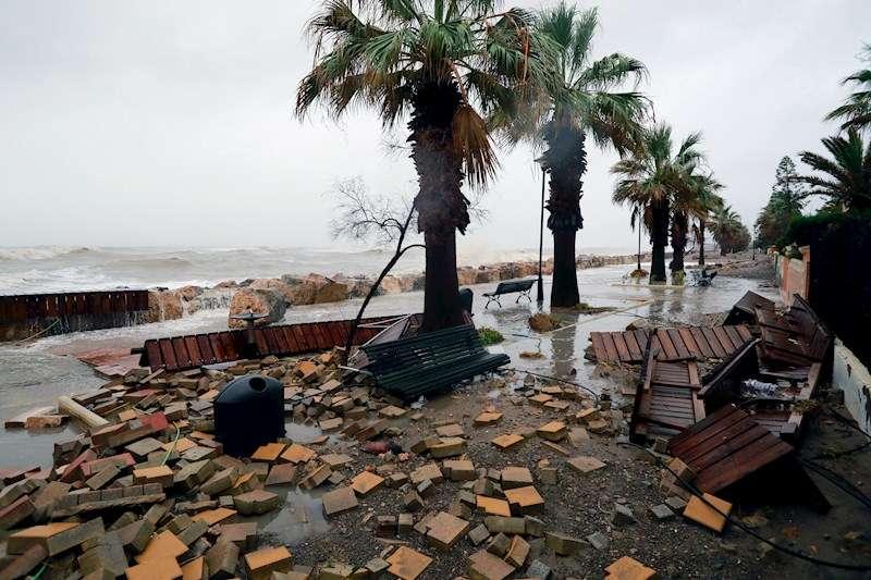 Imagen del paseo marítimo de Almenara (Castellón) con graves desperfectos y complatemente inundado por la borrasca Gloria. EFE
