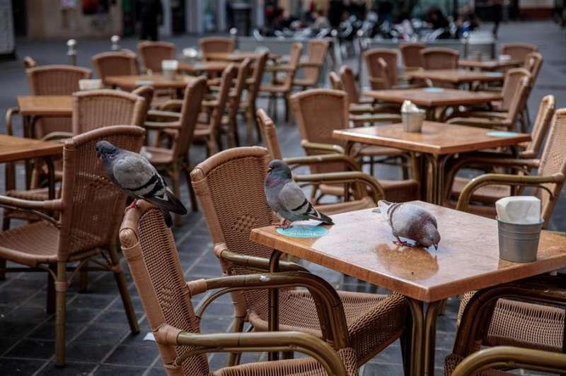 Imagen de archivo de la terraza de una cafetería vacía tras decretar el Gobierno valenciano el cierre de todas las actividades culturales, deportivas y de ocio. EFE