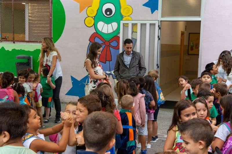 El alcalde Bielsa dando la bienvenida a los escolares. EPDA