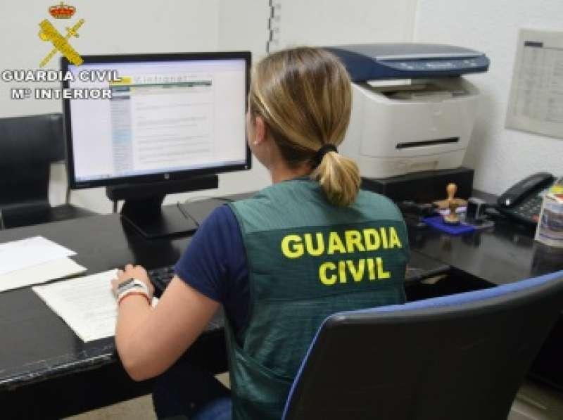 Una agente de la Guardia Civil investiga el caso