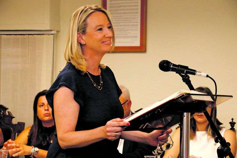 La alcaldesa de Puçol, Paz Carceller, durante la sesión de investidura. / epda