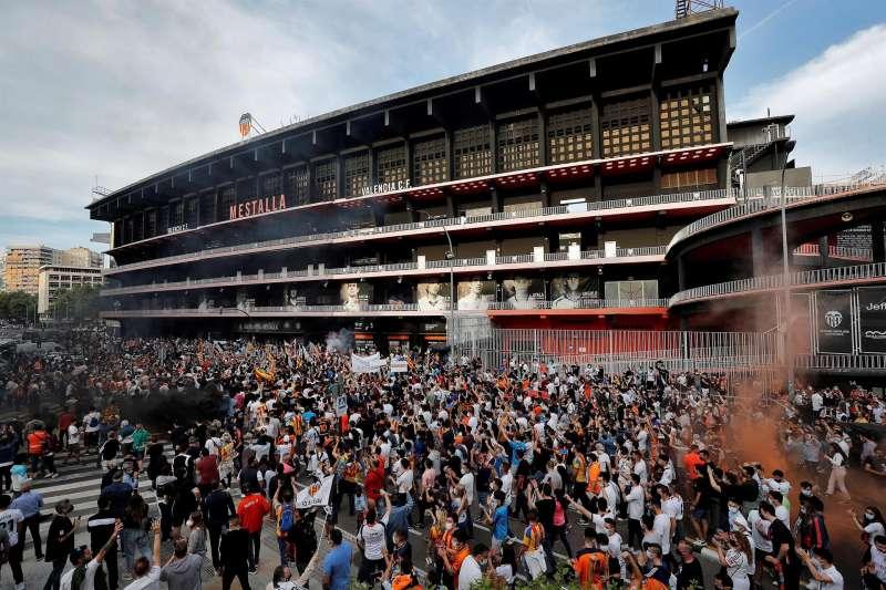 Cientos de aficionados del Valencia se manifiestan el pasado mes de mayo en contra de la gestión de Peter Lim.