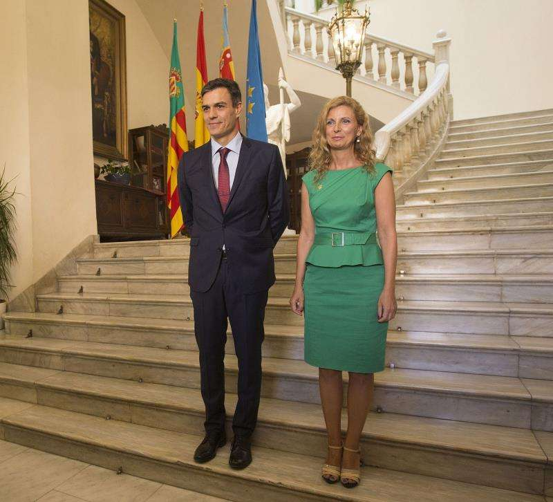 El presidente del Gobierno, Pedro Sánchez, posa junto a la alcaldesa de Castellón, Amparo Marco, durante una visita al Ayuntamiento de Castellón. EFE/Archivo