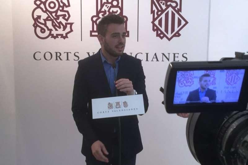 El síndic de Compromís en Les Corts, Fran Ferri, fent declarcions davant els mitjans de comunicació
