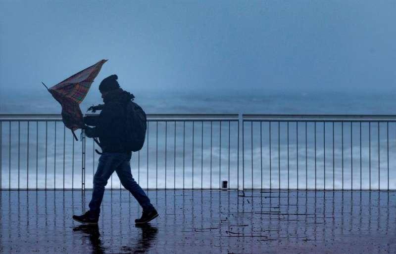 Un hombre camina por un paseo marítimo, en una imagen reciente. -EFE/Enric Fontcuberta
