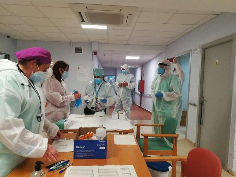 Personal preparando las vacunas para iniciar el proceso de vacunación.