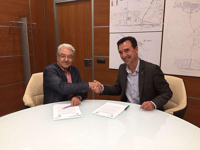 De izquierda a derecha: los alcaldes de Loriguilla, Manolo Cervera, y Riba-roja de Túria, Robert Raga. EPDA