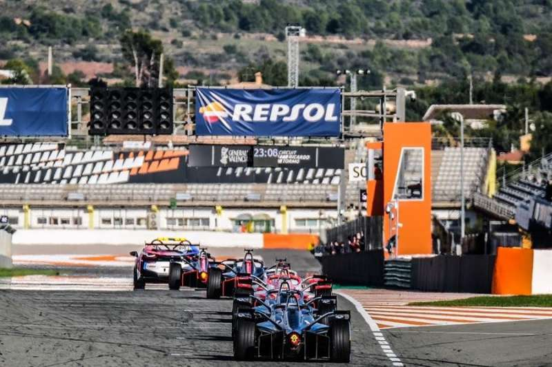 Los monoplazas de Fórmula E durante unos de los simulacros realizados sobre la pista del Ricardo Tormo, en una imagen facilitada por la dirección del Circuito. EFE