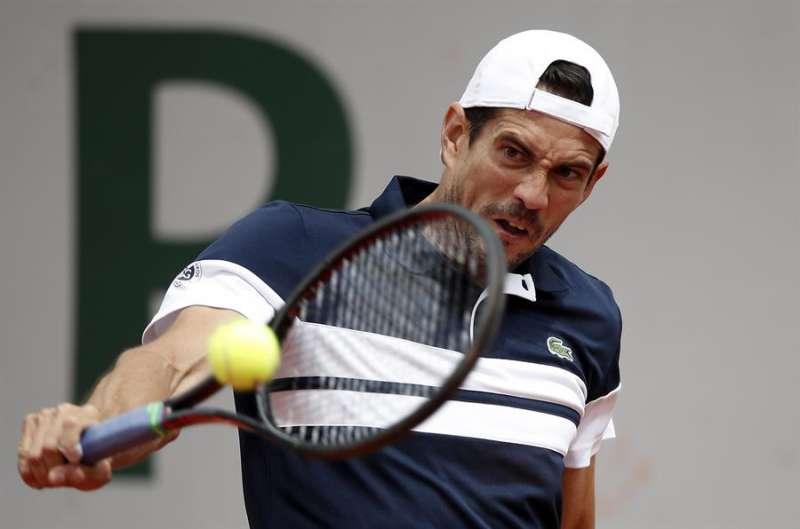 El tenista español Guillermo García-López devuelve la bola en un partido. EFE/Archivo