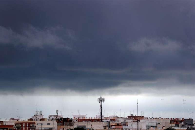 Vista general del frente de nubes sobre la población de Burjassot, Valencia. EFE/Kai Försterling