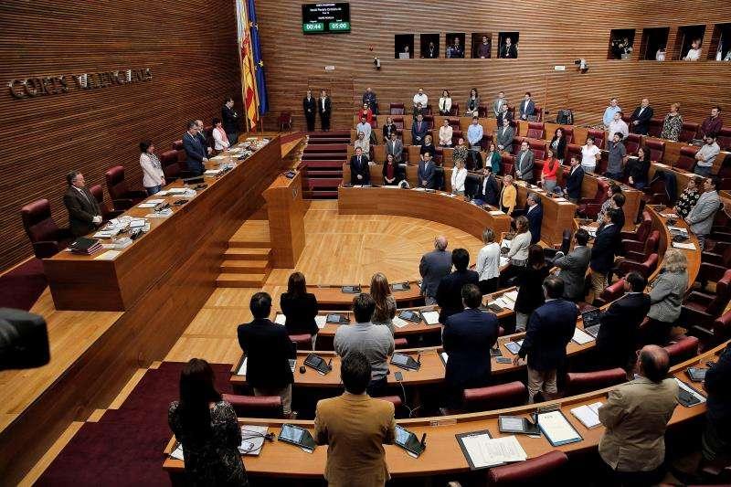 El pleno de Les Corts Valencianes ha guardado este jueves un minuto de silencio en recuerdo de la exministra socialista Carmen Alborch y de la exdiputada autonómica de este mismo partido Mercedes Sanchordi, recientemente fallecidas. EFE
