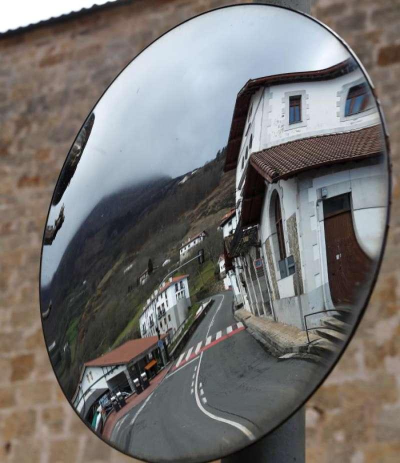 Vista de una carretera desde un espejo retrovisor. EFE/Archivo