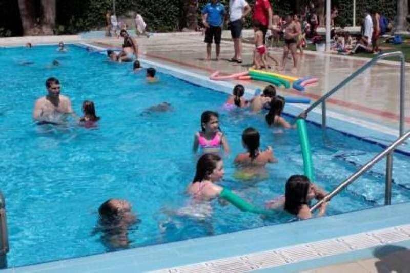 Xiquets i xiquetes a la piscina municipal