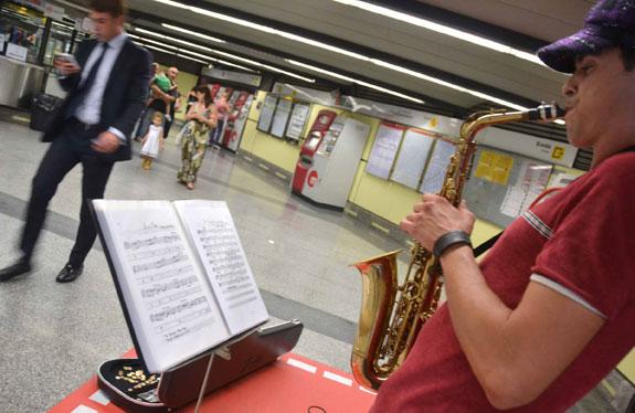La primera actuación de jazz en la estación de Colón de Valencia. FOTO EPDA