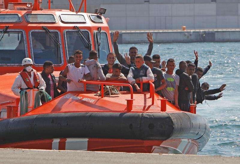 Llegada de los 25 inmigrantes al puerto de Alicante tras ser localizados y rescatados por el barco de Salvamento Marítimo en una patera a la altura de la isla de Tabarca, el pasado 21 de septiembre. EFE/Archivo