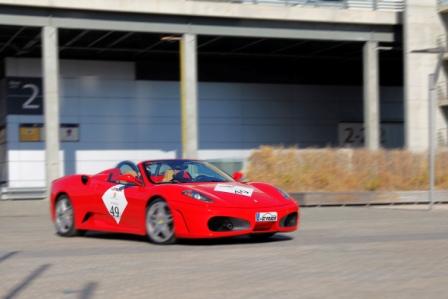 Asistentes probando un Ferrari. FOTO: EPDA