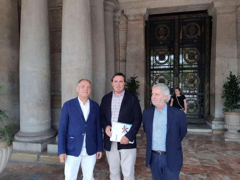 El director general de Turismo, Herick Campos, el concejal de Turismo de València, Emiliano García, y el director de la Fundación Turismo València, Antonio Bernabé, tras la reunión mantenida. EPDA