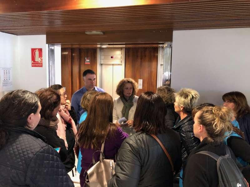 Folgado reunida con las mujeres encargadas de la limpieza pública. EPDA
