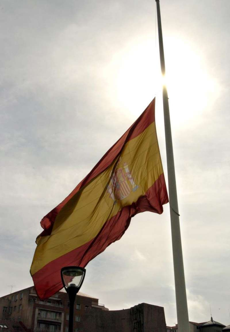 Imagen de archivo de la bandera de España a media asta. EFE/Archivo
