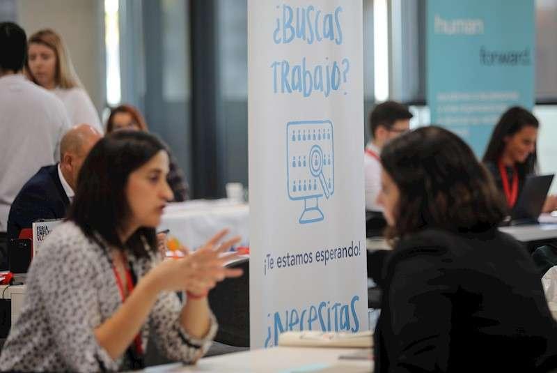 Entrevistas de trabajo realizadas por diferentes empresas durante la Feria de Empleo de Valencia 2019 celebrada este jueves, donde participan 46 empresas que ofertan más de 425 empleos y en la que los visitantes pueden acceder a 1600 entrevistas de trabajo. EFE/Ana Escobar