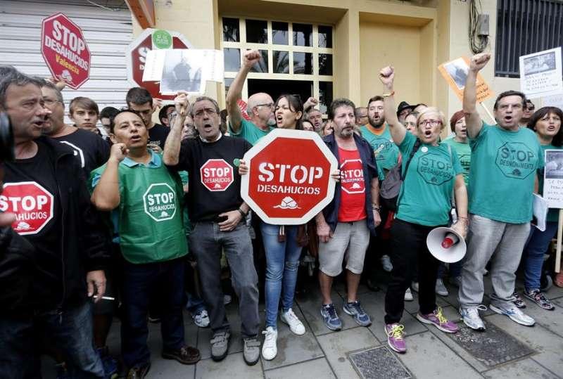 Un grupo de activistas de la PAH se han concentrado frente a una vivienda cuya propietaria iba a ser desahuciada. EFE/ Juan Carlos Cárdenas/Archivo