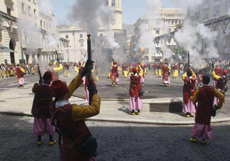 En la foto, las tropas moras atacan el castillo cristiano durante el alardo de la mañana, en la fiesta de Moros y Cristianos. EFE/Archivo