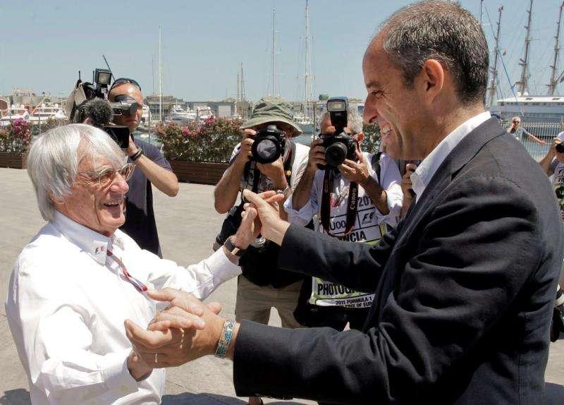 El entonces presidente de la Generalitat, Francisco Camps (d), saludando al británico Bernie Ecclestone, organizador del Campeonato del Mundo de Fórmula Uno, en las inmediaciones del Circuito Urbano de Valencia en junio de 2011. EFE/Archivo