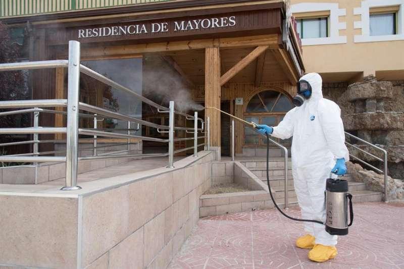 Personal del ejercito desinfectando una residencia de mayores. EFE/Archivo