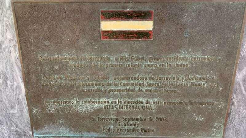 Placa del exalcalde popular de Torrevieja Pedro Hernández Mateo.- EPDA