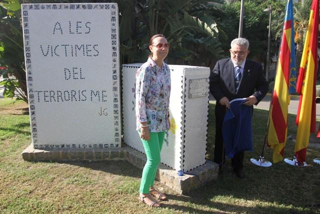La alcaldesa, Elena Martínez, junto al presidente de la asociación tras destapar la placa. FOTO: EPDA