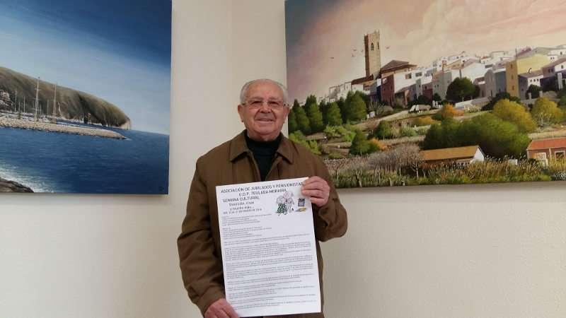 El presidente de la Asociación de Jubilados y Pensionistas de Teulada Moraira presenta el cartel de la programación de la Semana del Mayor